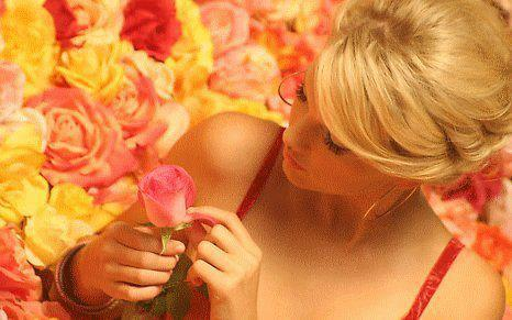 Femme blonde. dans ET LES FEMMES ! 644347_320683784725303_1802519646_n